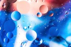 Körniger farbiger abstrakter Hintergrund mit Kratzern und Flecken besteht aus Bällen in einer rero Art, Makroabstraktion Stockfotografie