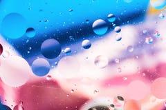 Körniger farbiger abstrakter Hintergrund mit Kratzern und Flecken besteht aus Bällen in einer rero Art, Makroabstraktion Lizenzfreie Stockfotografie