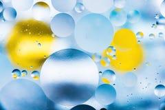 Körniger farbiger abstrakter Hintergrund mit Kratzern und Flecken besteht aus Bällen in einer rero Art, Makroabstraktion Stockbilder