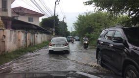 Körning översvämma bangkok Thailand arkivfilmer