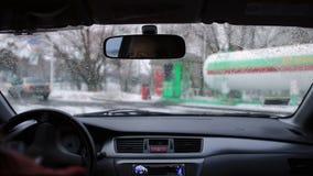 Körning av bilen för att tanka på bensinstationen arkivfilmer