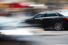 Körning av bilen i stadstrafik Arkivfoton