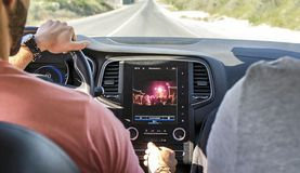 K?rning av bilen med navigat?ren f?r gps-bogserarebildsk?rm royaltyfri bild