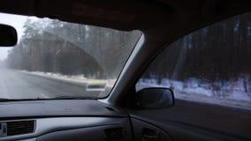 Körning av bilen på huvudvägen i vinterdag lager videofilmer