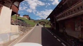 Körning av bilen på Schweiz berg lager videofilmer