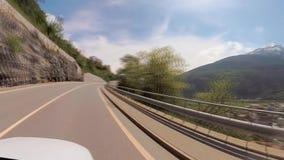 Körning av bilen på Schweiz berg stock video