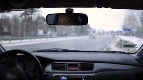 Körning av bilen under snö arkivfilmer