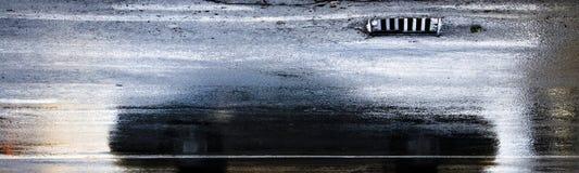 Körning av bilreflexion i den våta stadsgatan i rörelsesuddighet Royaltyfri Foto