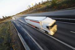 körning av den fartfyllda lastbilen Arkivbilder