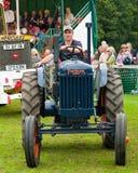 körning av den gammala traktoren för man Arkivbilder