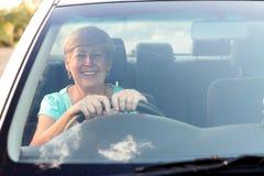 körning av den höga kvinnan Royaltyfria Bilder