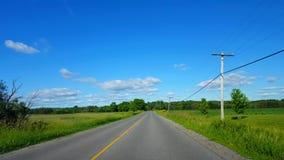 Körning av den lantliga vägen längs jordbruksmark under ljus sommardag Chaufför Point av sikten POV härliga Sunny Countryside Fie stock video