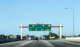 Körning av den Miami huvudvägen från flygplatsriktningsöst Royaltyfri Foto