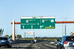 Körning av den Miami huvudvägen från flygplatsriktningsöst Arkivbilder