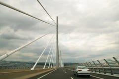 körning av den millau viaducten Arkivbilder