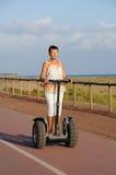 körning av den segway kvinnan Fotografering för Bildbyråer