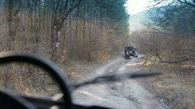 Körning av denväg bilen i Krim Den stabiliserade kameran följer en jeep som upp klättrar Mangup-grönkål lager videofilmer