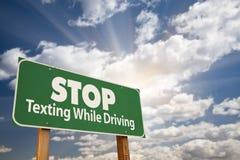 körning av det gröna vägmärkestoppet som texting Royaltyfri Fotografi
