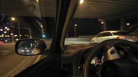 Körning av en bil på natten arkivfilmer