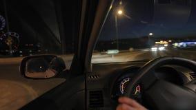 Körning av en bil på natten lager videofilmer