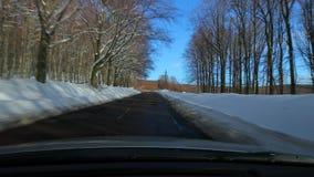 Körning av en bil, snöig landskap stock video