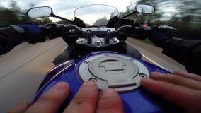 Körning av en moped på asfaltvägen stock video