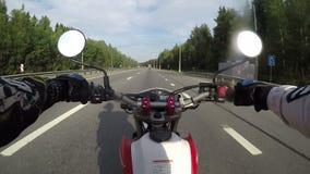 Körning av en moped på asfaltvägen lager videofilmer