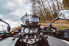 Körning av en motorcykel på våren på asfaltvägen Arkivfoton