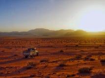 Körning av en pickup i mitt av den Wadi Rum öknen i Jordanien royaltyfri fotografi