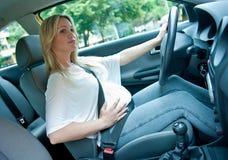 körning av gravid kvinna arkivfoto