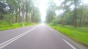 Körning av längd i fot räknat på en väg för europeiskt land stock video