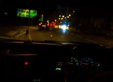 körning av natt Arkivfoto