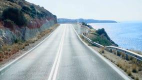 Körning av sikten av vägkusten arkivfilmer