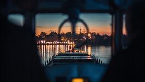 Körning av skeppet på floden stock video