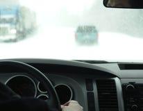 körning av snowing vinter Arkivfoto