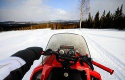 körning av snowmobile Royaltyfria Bilder