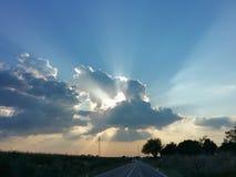 körning av solnedgång royaltyfria bilder
