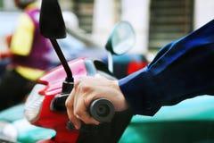 körning av sparkcykeln Arkivfoto