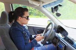 körning av teen texting Royaltyfri Bild