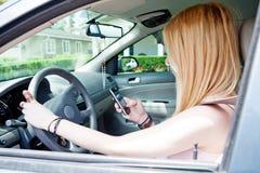 körning av tonåringen som texting Arkivbild