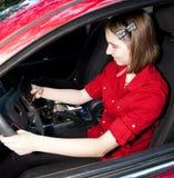 körning av tonårs- texting för flicka Royaltyfri Bild