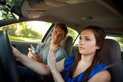 Körning: Chaufför Ignores Friend med telefonen Arkivfoto