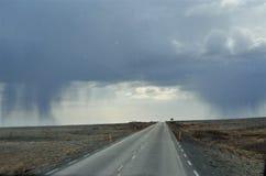 Körning dåligt väder på båda sidor av vägen På vägen är trevligt väder fotografering för bildbyråer