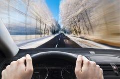 Körning för snabbt på en vinterlandsväg royaltyfri fotografi