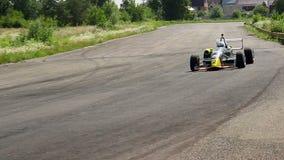 Körning för springa bil F1 vilt och att ta extremt skarp vänd lager videofilmer