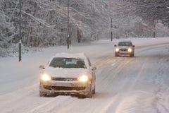 Körning för två bilar i Snow arkivfoto