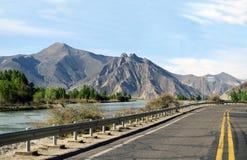 Körning förbi den Lhasa floden Royaltyfria Foton