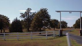 Körning förbi en lantgård i Oklahoma - härlig bygd arkivfilmer