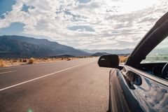 Körning i en svarta Ford Mustang GT Arkivfoton