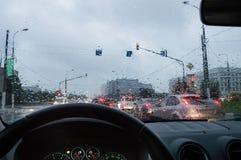 Körning i regnet Fotografering för Bildbyråer